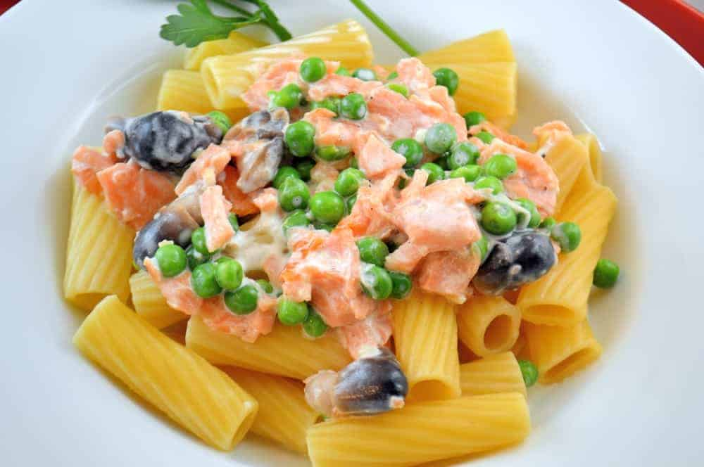 Smoked Salmon Rigatoni in Cream Sauce- Smoked salmon insn't just for bagels and crostinis any more, toss it in your salad! | #smokedsalmon | www.savoryexperiments.com