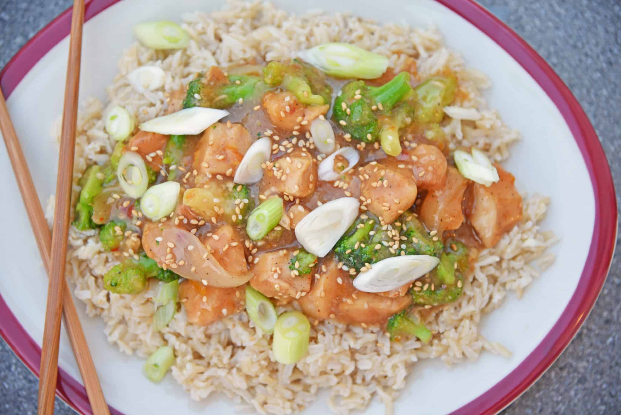 This Slow Cooker Orange Chicken Recipe creates a healthier version of the Chinese delivery dish right at home in your slow cooker! #orangechickenrecipe #crockpotorangechicken www.savoryexperiments.com