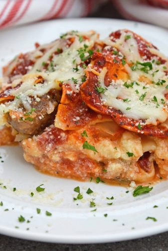 Giant No Boil Lasagna is made up of layers of spinach, tomato, turkey sausage, and lots of CHEESE! This is the best homemade lasagna for a crowd! #howtomakelasagna #homemadelasagnaforacrowd www.savoryexperiments.com