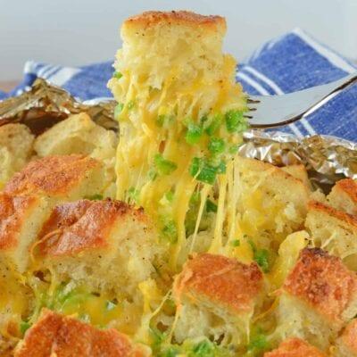 Jalapeno Popper Pull Apart Bread - one seriously addictive cheesy, gooey, spicy bread!