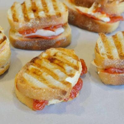 Cheesy Pizza Sandwiches are two-bite pizza sandwiches that can be served as appetizers, snacks or an entree. | #pizzasandwiches | www.savoryexperiments.com