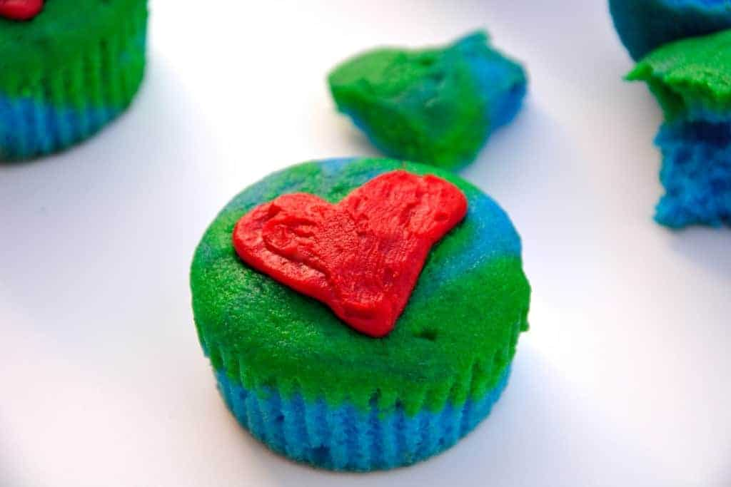 Baking cupcakes isn't going to save the world, but Earth Day Cupcakes are a festive way to thank someone who has worked hard to make positive changes. | #earthday | www.savoryexperiments.com