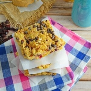 Corn Flake Breakfast Bars Recipe - a sweet and crunchy handheld breakfast bar ready in just 15 minutes made from crunchy corn flakes, dried cranberries, slivered almonds, peanut butter, mini chocolate chips and marshmallows. www.savoryexperiments.com