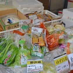 How to plan your trip to the Tsukiji Fish Market in Tokyo. Times, where to eat and what to make sure you!#tokyo www.savoryexperiments.com