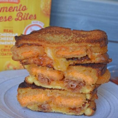 Pimento Grilled Cheese Sandwiches are the ultimate grilled cheese recipe. Zesty pimento cheese bites with bacon, gouda, cheddar and red pepper jelly on thick cut potato bread. #grilledcheesesandwichrecipes #pimentocheese