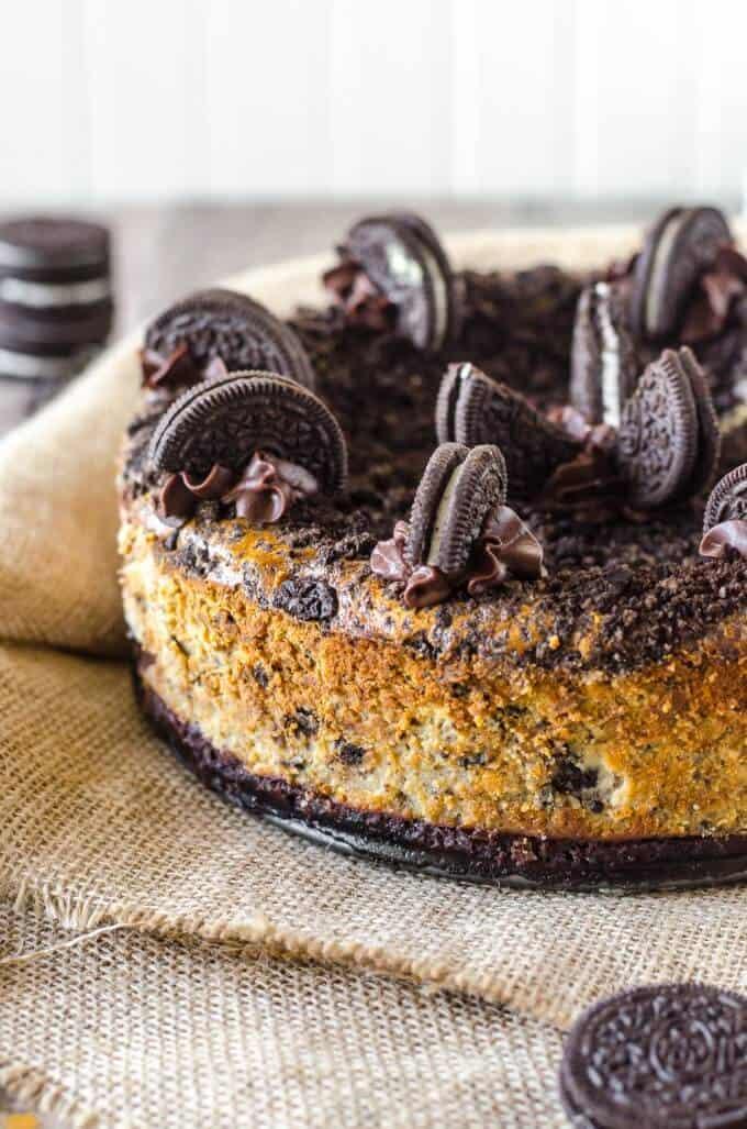 Oreo cheesecake topped with oreos