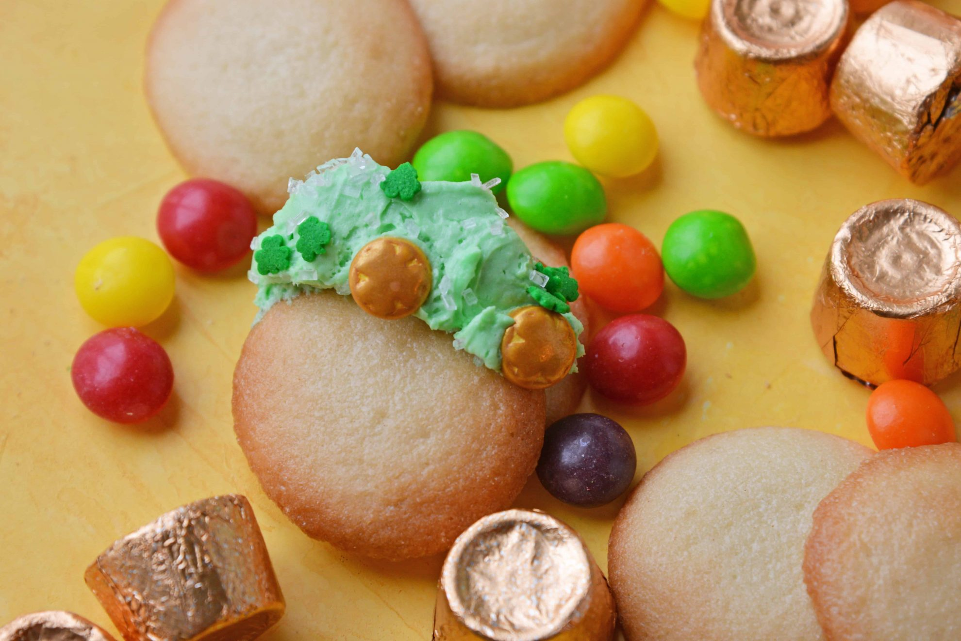 Single Nilla Wafer with St. Patrick\'s Day Dunkaroo Dip