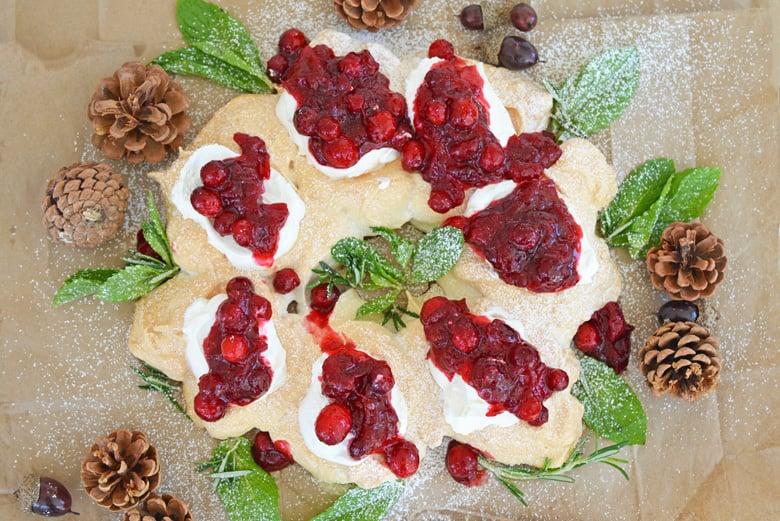 Meringue wreath with cranberry sauce