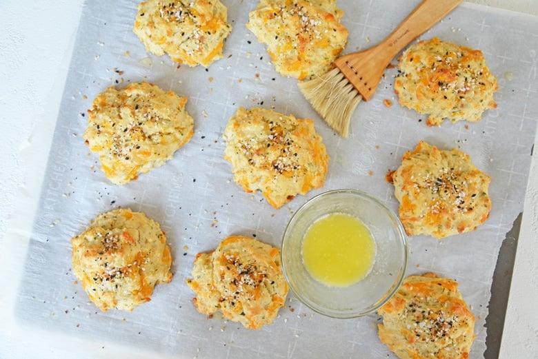 everything bagel seasoning biscuits on a baking sheet