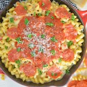overhead pizza mac and cheese in a skillet