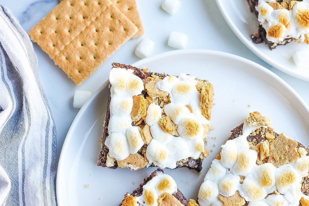 overhead plate of brownies with graham crackers and marshmallows